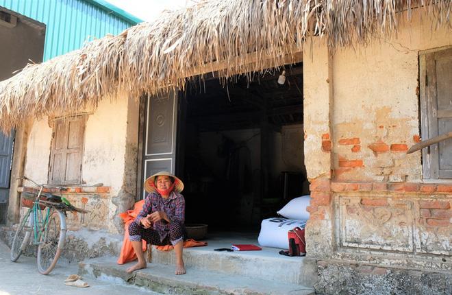 Căn nhà cũ nát, xập xệ của bà Lê Thị Vang, một hộ được vận động thoát nghèo và rơi vào hộ cận nghèo. (Ảnh: Người lao động)