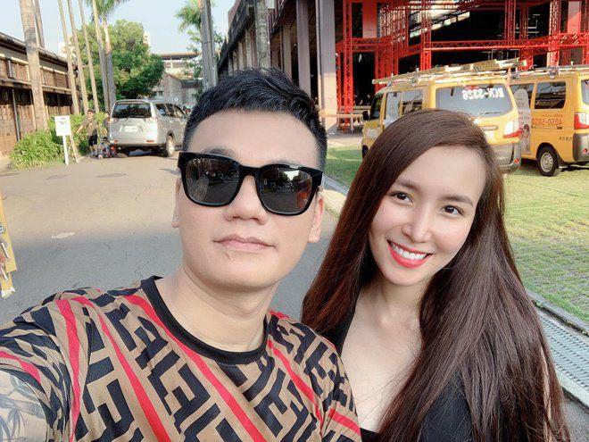 2 năm qua, anh thường xuyên đưa vợ đi du lịch nước ngoài. Khi biết Thảo Bebe mang song thai, Khắc Việt đã mua tặng vợ thêm 2 căn nhà mặt đất.