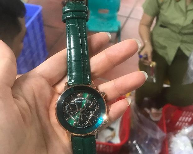 Những chiếc đồng hồ mang thương hiệu nổi tiếng bị thu giữ. Ảnh: Báo Hải Quan