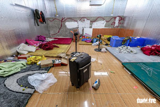 Bên trong nhà kho cũng bố trí phòng riêng có đêm quạt đơn giản để nhân viên có chỗ nghỉ ngơi. Ảnh: Báo Tuổi trẻ