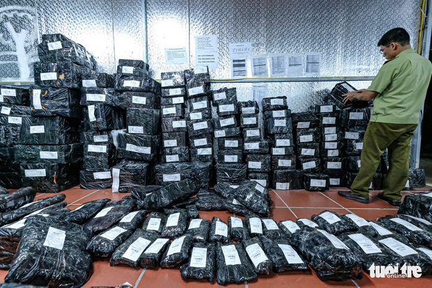 Những đơn hàng được đóng gói sẵn sàng, có đầy đủ thông tin địa chỉ của người mua chuẩn bị được vận chuyển đi trước thời điểm bị thu giữ. Ảnh: Báo Tuổi trẻ