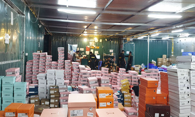 Lực lượng cảnh sát đã ập vào bất ngờ yêu cầu các nhân viên trong kho hàng chấp hành quy định kiểm tra hàng hóa. Ảnh: Báo Lào Cai