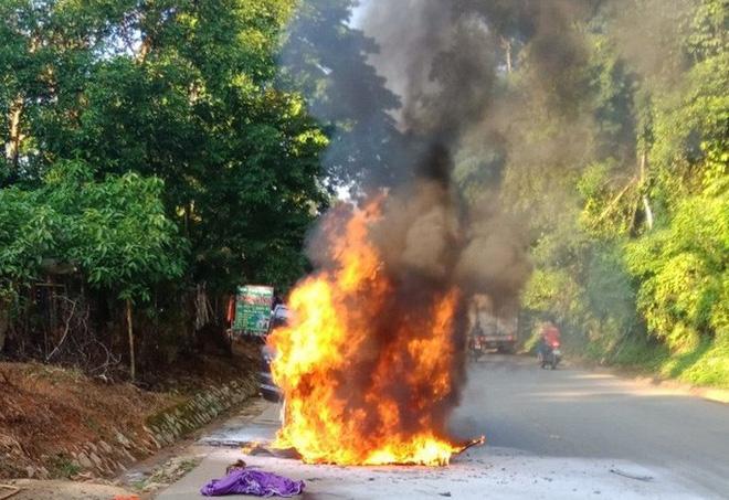 Chiếc ôtô biển số VIP 5678 bốc cháy nghi ngút trên đường Hồ Chí Minh qua Thanh Hóa