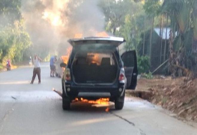 Vụ hỏa hoạn không gây thiệt hại về người nhưng chiếc ôtô đã cháy trơ khung