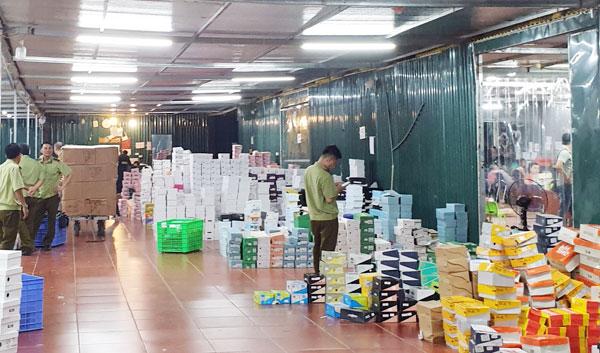 Lực lượng chức năng kiểm đếm hàng trong kho hàng ở số 145 Hoàng Diệu. Ảnh: báo Lào Cai