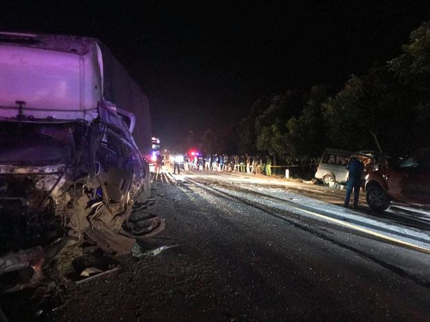 Hiện trường vụ tai nạn kinh hoàng khiến 15 người thương vong.