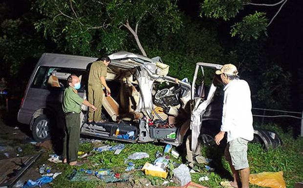 Xe ô tô khách sau vụ tai nạn kinh hoàng khiến 8 người chết