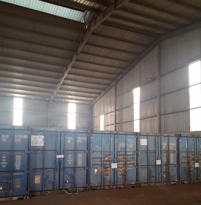 34 container dùng để niêm phong toàn bộ số hàng lậu, hàng giả. Ảnh: DMS