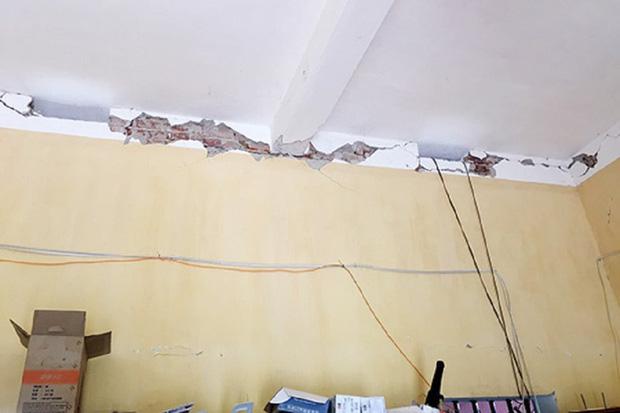 Động đất khiến vỡ, nứt khu vực tường gần trần nhà dân.