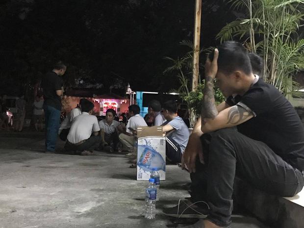 Khuya 30/7, người thân các nạn nhân tập trung lo tang lễ.