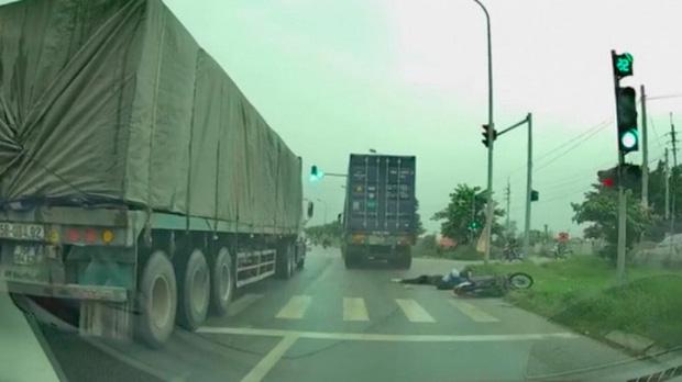 Chiếc container màu xanh gây tan nạn rồi bỏ chạy.