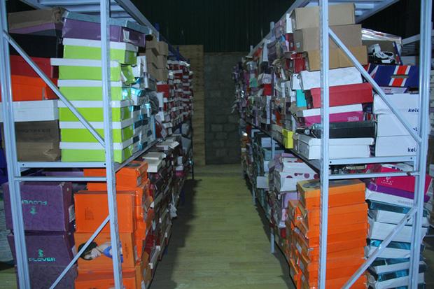 Hàng nghìn đôi giày, dép được để gọn gàng trên kệ sắt.