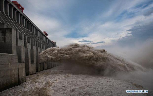 Đập Tam Hiệp mở cửa xả lũ hôm 19-8. Ảnh: News.cn