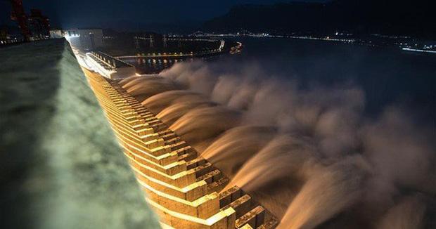 Đập Tam Hiệp hôm 19-8 lần đầu tiên từ trước đến nay đã cho mở 10 cửa xả lũ. Ảnh: News.cn