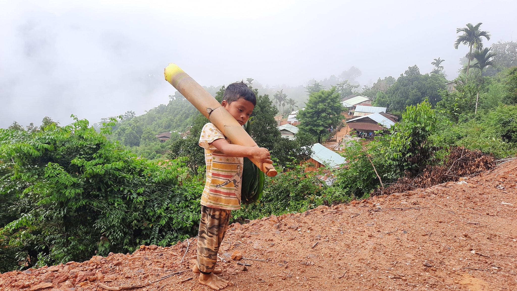 Hình ảnh cậu bé chân trần, vác cây măng dài bằng cả thân mình đến điểm xã gửi tặng người dân ở tâm dịch Đà Nẵng.