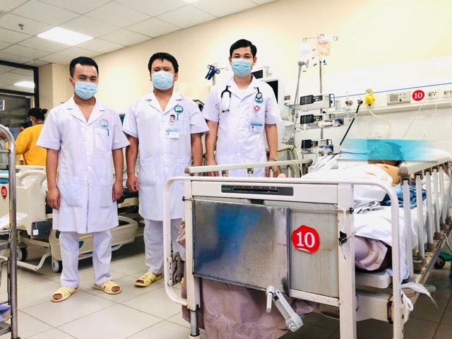 Bác sĩ Tình và ekip cấp cứu bệnh nhân