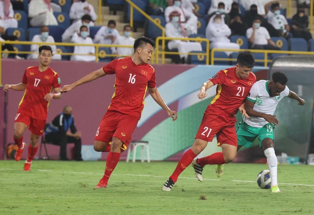 Thành Chung và Đình Trọng trong trận đấu với Ả Rập Xê Út