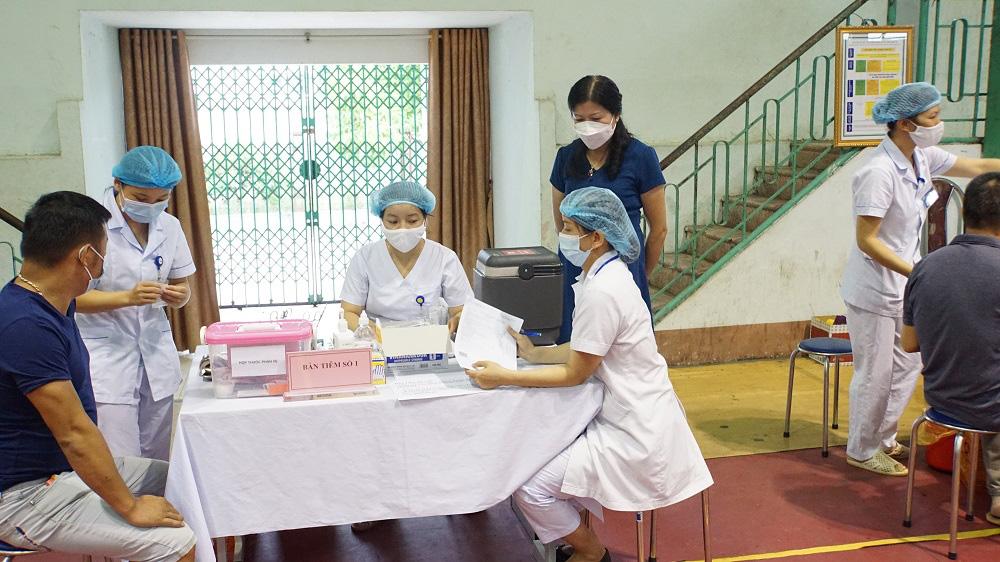 Triệu Nguyệt Hoa - Phó Giám đốc Trung tâm Kiểm soát bệnh tật giám sát công tác tiêm chủng vắc xin Covid-19 tại điểm tiêm chủng lưu động của Trung tâm Kiểm soát bệnh tật tại Nhà Thi đấu Nà Cạn. Ảnh: Báo Cao Bằng