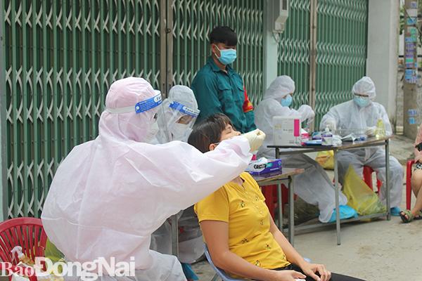 Lực lượng y tế tiếp tục lấy mẫu xét nghiệm Covid -19 tại khu phố 3 phường Trảng Dài.