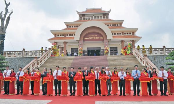 Lãnh đạo Trung ương và địa phương cắt băng khánh thành Khu lưu niệm Luật sư Nguyễn Hữu Thọ, năm 2015