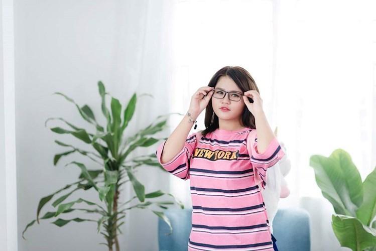 Phan Hải Ngân (SN 2003) là nữ sinh 14 tuổi đến từ Long An vừa qua được cộng đồng mạng chú ý khi sở hữu bộ sưu tập son đồ sộ khiến không ít các cô gái phải ao ước.