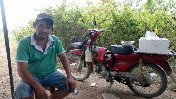 """Ông Minh """"cô đơn"""" bên chiếc xe máy cà tàng, là phương tiện mưu sinh và hành nghề trừ gian của mình."""