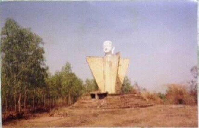 """Sau năm 1975, người ta còn gọi tượng Phật dốc 47 có tên là """"Tượng Phật cô đơn"""" vì nằm lặng lẽ xung quanh không có một ngôi chùa nào (Hình: Bùi Trường Trí)"""