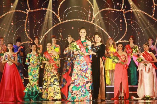 Thanh Trúc nhận giải thưởng Miss Community - Người đẹp cộng đồng tại đêm chung kết Miss Photo 2017