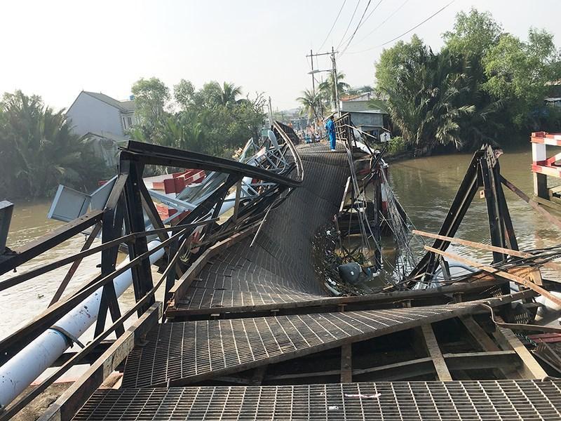 Có mặt tại hiện trường, ông Bùi Xuân Cường Giám đốc Sở GTVT TP.HCM cho biết nguyên nhân sập cầu là do tài xế điều khiển xe ô tô biển số Đồng Nai chở đá xây dựng có tổng trọng lượng gồm xe và vật liệu khoảng 15 tấn trong khi tải trọng cho phép của cầu chỉ khoảng 3,5 tấn.