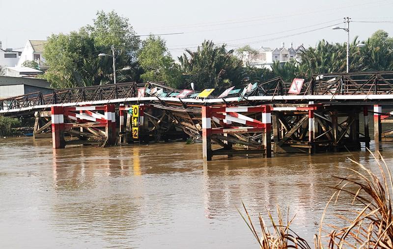 Cầu Long Kiển trên đường Lê Văn Lương huyện Nhà Bè có chiều dài 105,6m, rộng 3,3m. Kết cấu bằng dàn thép, tải trọng khai thác 3,5 tấn (cả hàng và xe), cầu được xây dựng trước năm 1975 và hiện đã có biểu hiện xuống cấp.