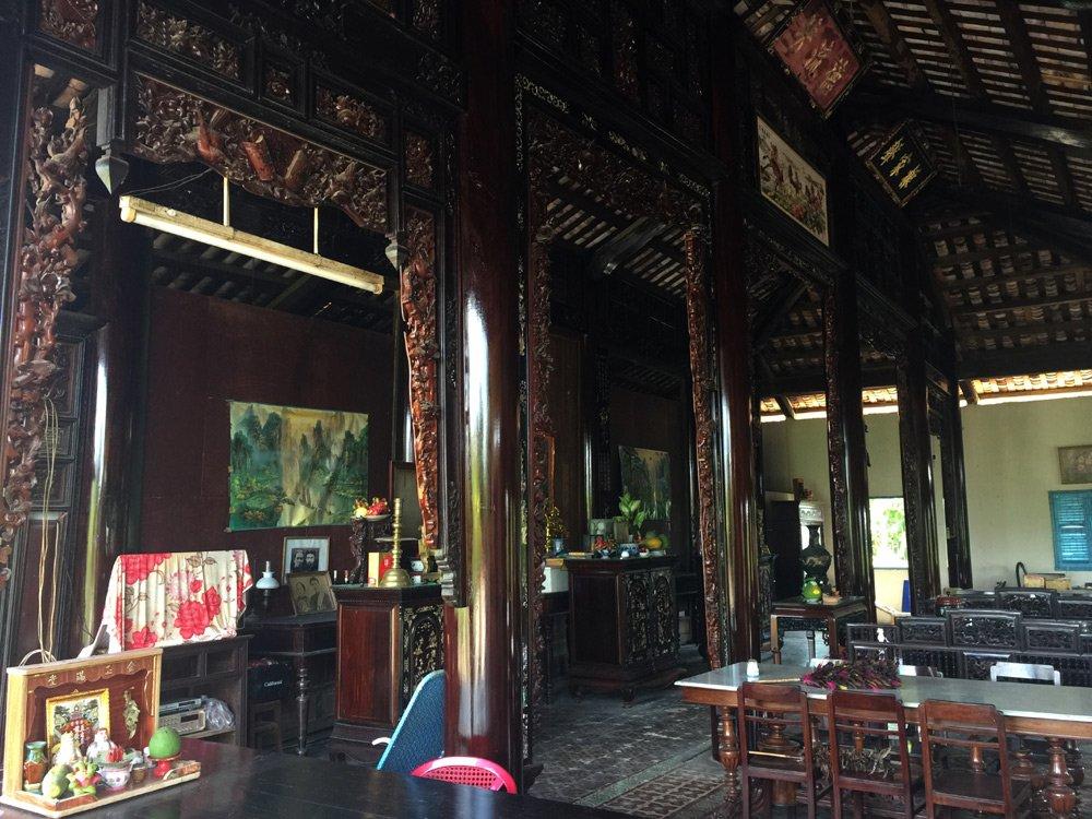 Tủ thờ, bàn ghế trong nhà ông Tư Xuân vẫn được giữ nguyên.