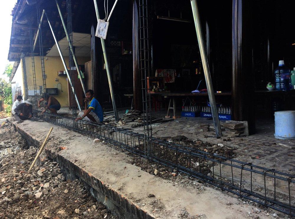 Một phần ngôi nhà ông Tư Xuân đang sửa chữa.