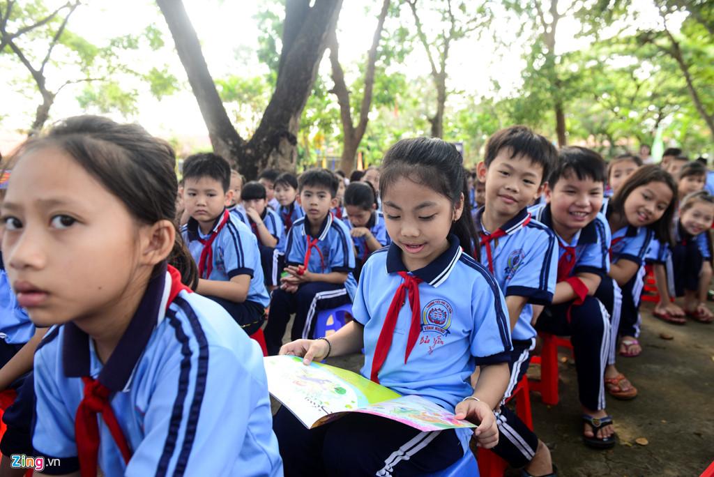 Em Bảo Yến, học sinh lớp 3 trường tiểu học Tuyên Bình, huyện Vĩnh Hưng vừa được cô tặng quyển sách Công Chúa. Em vội mở ra xem ngay trong khi nhiều bạn khác cũng tò mò muốn xem ké.