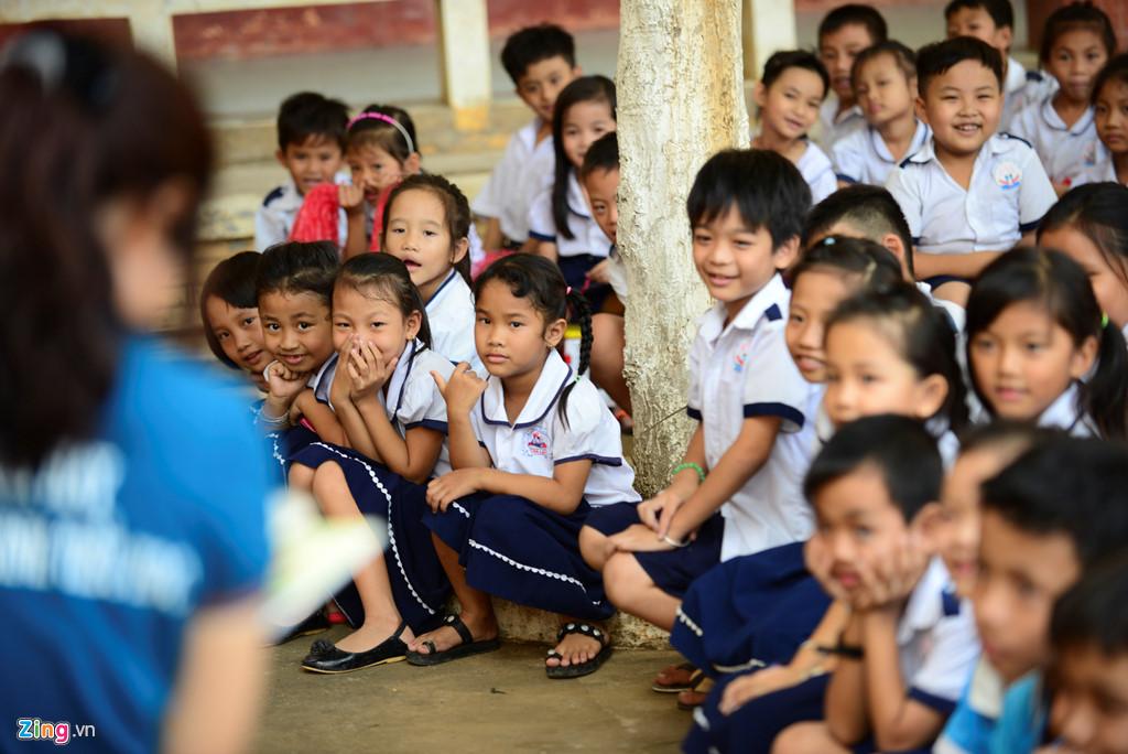 Các em học sinh nơi đây cũng chăm chú lắng nghe cô Hiền giới thiệu sách hay và cách đọc sách đúng.