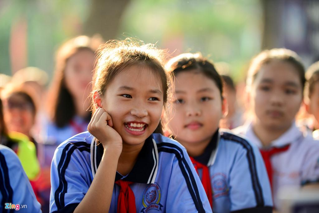 Các em học sinh trường tiểu học Tuyên Bình, huyện Vĩnh Hưng háo hức dõi theo tiếc mục giao lưu về sách.