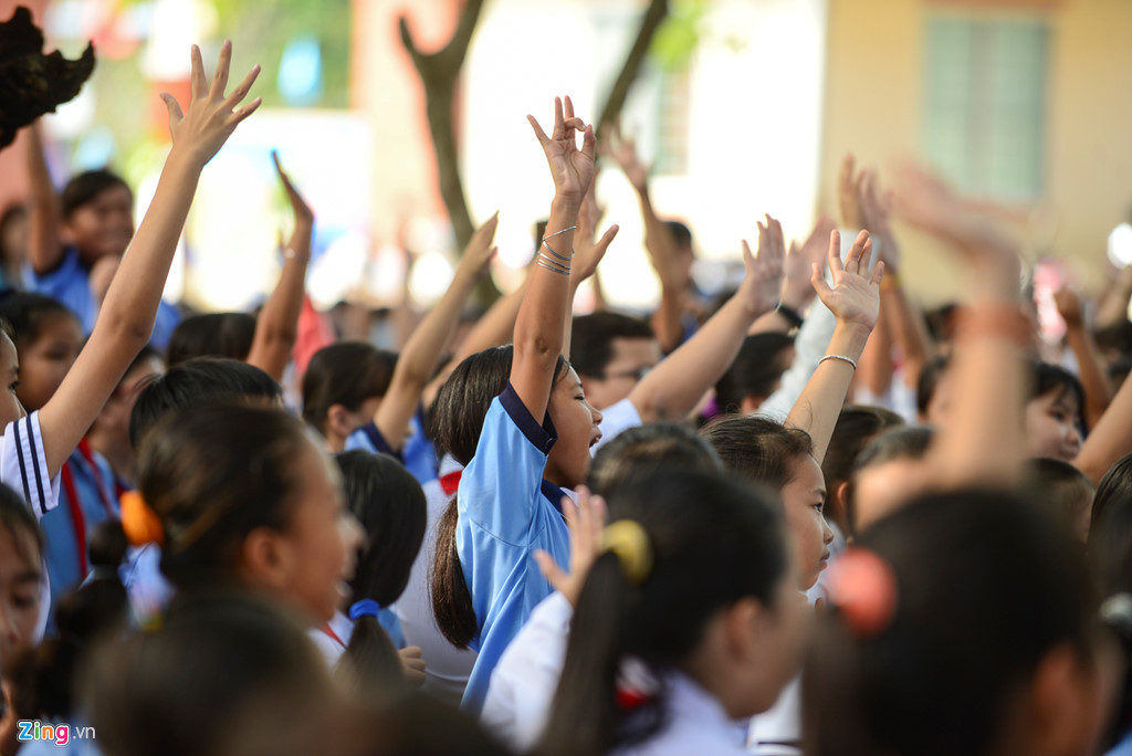 Những cách tay hào hứng giương cao để được trả lời các câu hỏi về cách đọc sách đúng mà cô Hiền để ra cho các em học trò.
