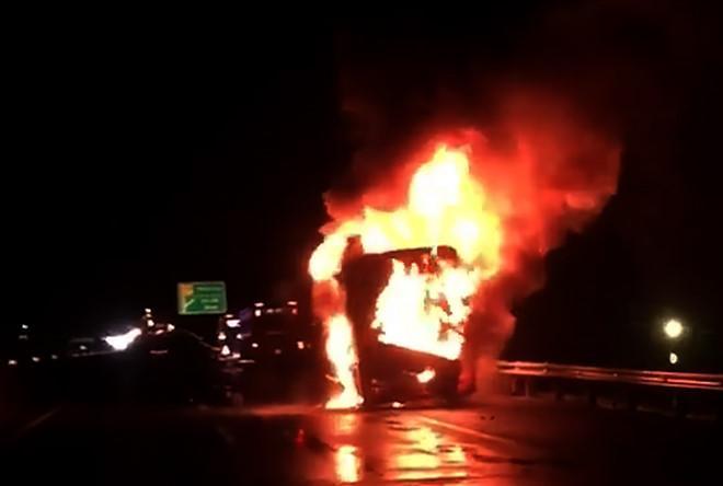 Chiếc xe cháy ngùn ngụt trên cao tốc. Ảnh: Hoàng Hiệp.