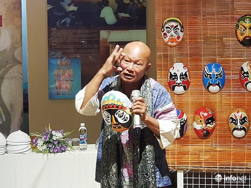 Nghệ nhân Bùi Quý Phong giới thiệu với các sinh viên khoa Kiến trúc (Đại học Duy Tân - Đà Nẵng) về những nét đặc trưng của mặt nạ Tuồng và mặt nạ dân gian Việt Nam so với mặt nạ Kinh kịch của Trung Quốc và mặt nạ các nước châu Á