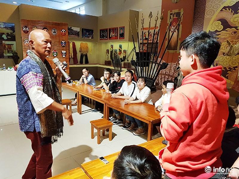 Sinh viên đặt câu hỏi giao lưu với nghệ nhân Bùi Quý Phong...