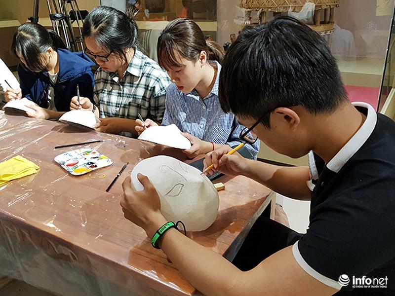 Các sinh viên thử nghiệm những nét vẽ đầu tiên về mặt nạ truyền thông Việt Nam...