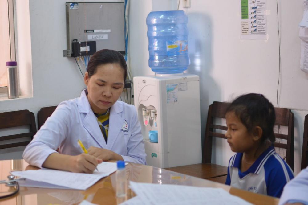 Các bác sĩ thăm khám cho học sinh