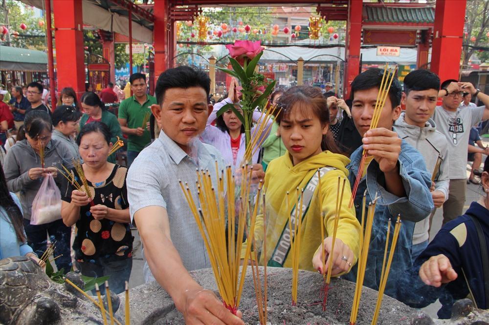 Du khách thập phương đi lễ ở miếu Bà Thiên Hậu tại TP Thủ Dầu Một.