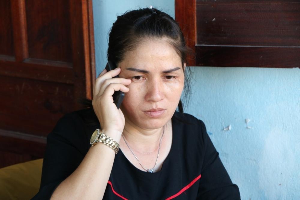 Mẹ của Mẫn liên tục nhận những cuộc điện thoại từ người quen lẫn người lạ hỏi về việc em có vào nhà nghỉ với cô giáo H. không. (Ảnh: Duy Quan).