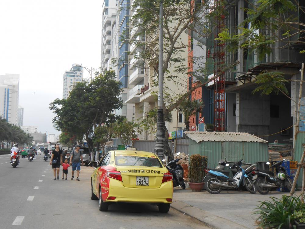 Việc chiếm toàn bộ phần vỉa hè đẩy người đi bộ xuống lòng đường tiềm ẩn nguy cơ tai nạn giao thông.