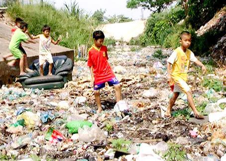 Trẻ em chơi đùa ngay bãi rác dưới lòng Suối Linh.