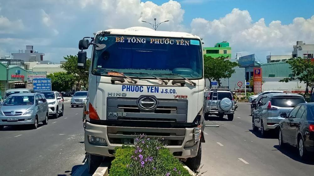 Vụ tai nạn gây ách tắc giao thông cục bộ ví trí đầu cầu Khuê Đông.