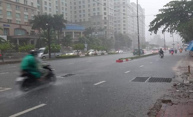 TP Hồ Chí Minh vào chiều tối sẽ có mưa kèm gió giật mạnh, người dân nên cẩn thận khi ra đường. Ảnh: Mạnh Linh