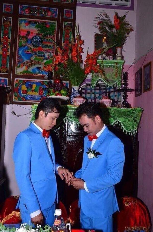 Hình ảnh chụp trong đám cưới của cặp đôi đồng tính nam được chia sẻ rộng rãi trên mạng xã hội. Ảnh: BEATVN