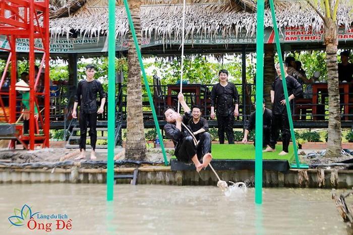 Du khách thích thú trãi nghiệm các trò chơi dân gian tại Làng du lịch sinh thái Ông Đề.