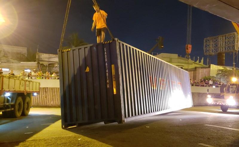 Thùng container nằm chắn ngang gây ác tắc (ảnh: PLO).